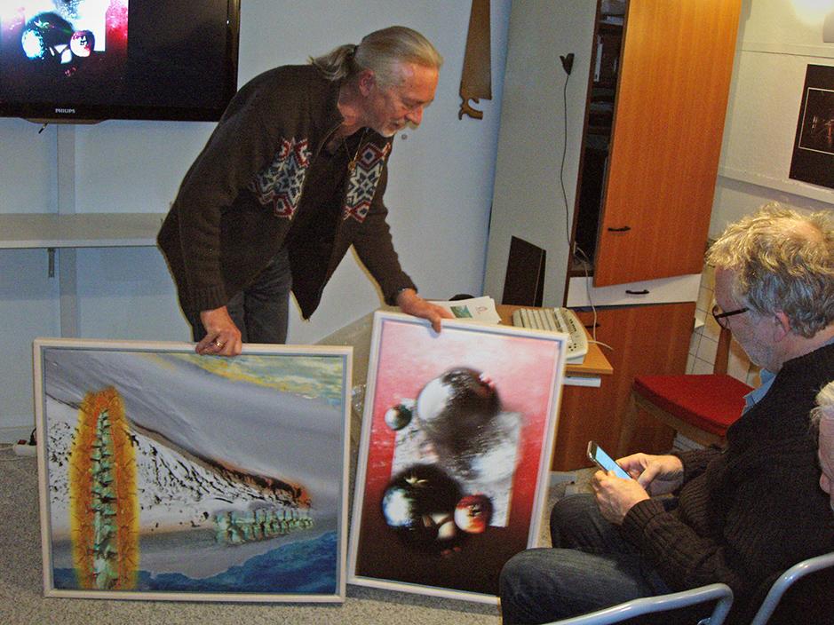 Morten Funder viser billeder på lærred